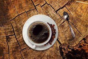 tazzina di caffe' con chicchi di caffe'
